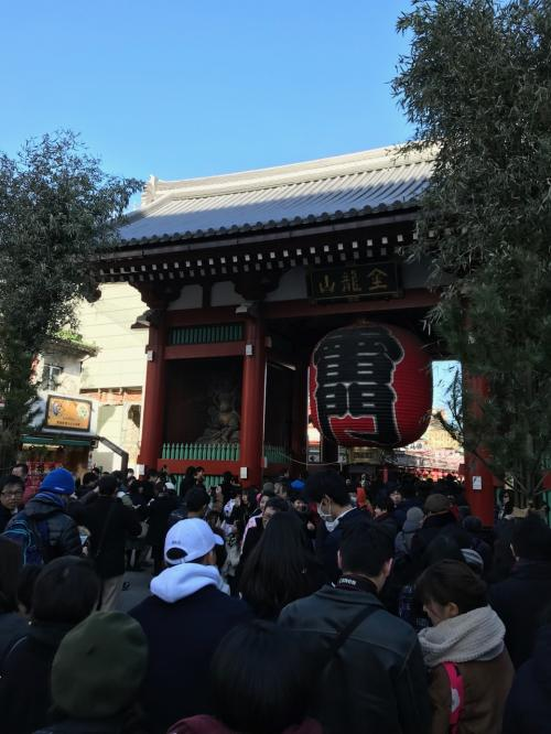 まずは 浅草寺へ。 まだ10時過ぎたばかりですが結構な人。<br /><br />これでも空いているそうです。
