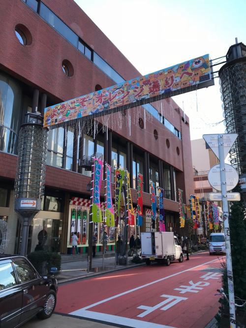 仲見世通りから脇道にそれて、こちらの前へ。<br />新春浅草歌舞伎やってます。
