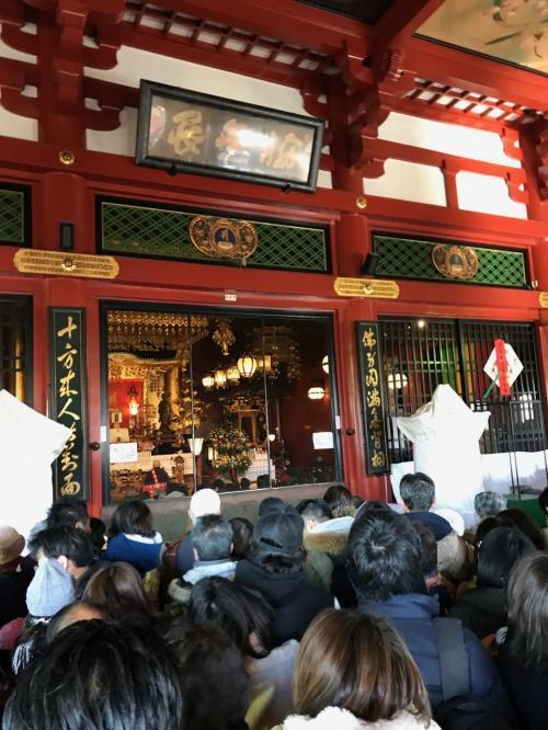 お腹を満たして、浅草寺にお参りに。<br /><br />スゴイ人です。お賽銭は遠投のように投げました。。。