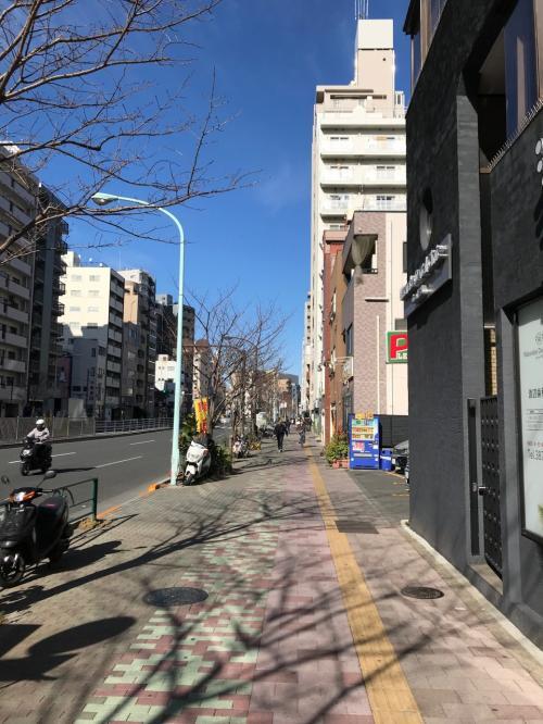 浅草寺参拝後、次の目的地に 国際通りを歩いて向かいます。