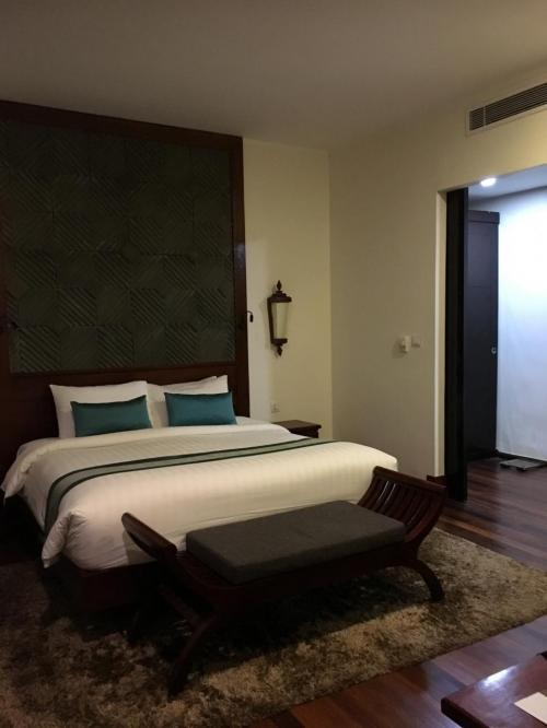 友人が来るまではひとり旅。<br />昨夜チェックインしたホテルはスイートにアップグレードしてくれてました。