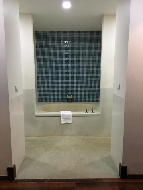 バスルーム。<br />左側にシャワールームがあります。