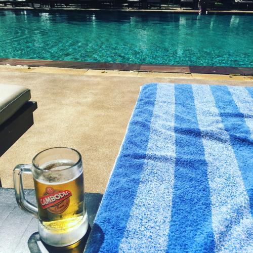 プールサイドに似つかわしくないですが、ビールを頼んじゃいます。<br />3時間近くまったり過ごしました。大満喫!