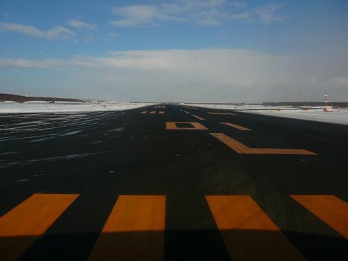 ちょっと前に除雪した滑走路から離陸です