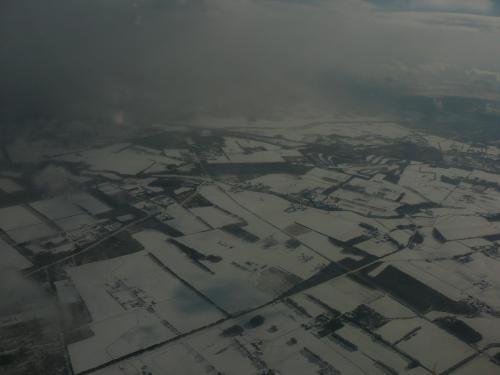 雪の大地を見て・・途中ほとんど雲の上ですが揺れはほとんどなく快適の空の旅でした・・