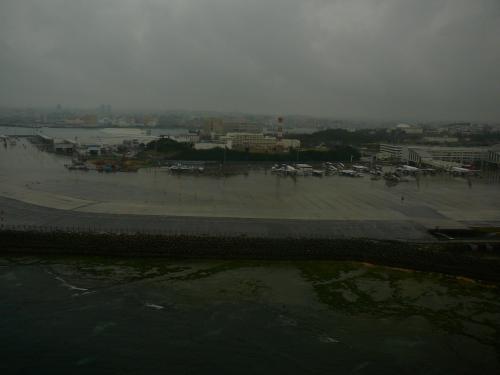 沖縄は小雨、那覇には何回も来ていますが・・初めて北側から着陸をしました