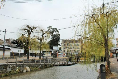 いかにも京都らしい風情が目の前に♪<br />京都を舞台にしたドラマに必ずと言って良いほどに登場する知恩院手前の白川の流れ。