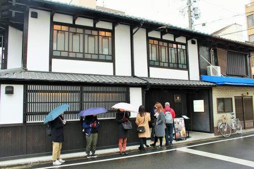 たまたま通りかかった吉祥茶寮!!やっぱりまだまだ人気なんだね~<br />夏はかき氷人気が凄かったけれど、冬になっても人気は衰えていないようで。<br />まだ開店の30分以上前なんだけれど、既に数組が行列を。<br /><br />吉祥茶寮<br />http://kisshokaryo.jp