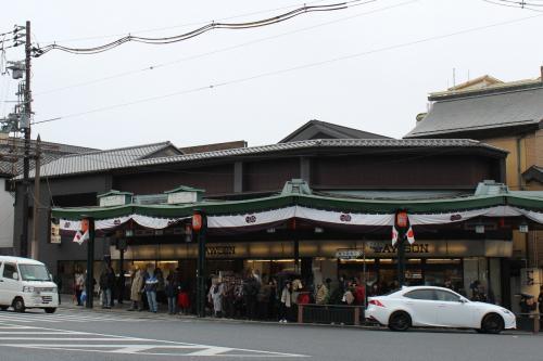 八坂神社の前に建つローソン☆<br />近々閉店しちゃうって記事を見たけれど、私が学生だった頃に、景観に馴染んだローソンで一躍人気になって、ここにあるのが当たり前だと思っていたので、閉店はとても寂しいわ。