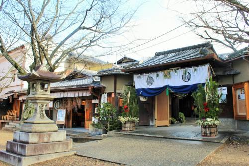 八坂神社のお隣は、老舗料理屋さんの中村楼。<br />立派な門松~!さすがの風格だわー
