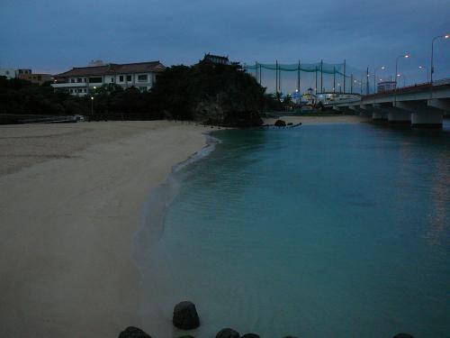 福州園ライトアップまで少し時間があるので那覇市で一番近い浜波の上ビーチへ<br />確か人工ですが水が綺麗・・波上宮も見えます