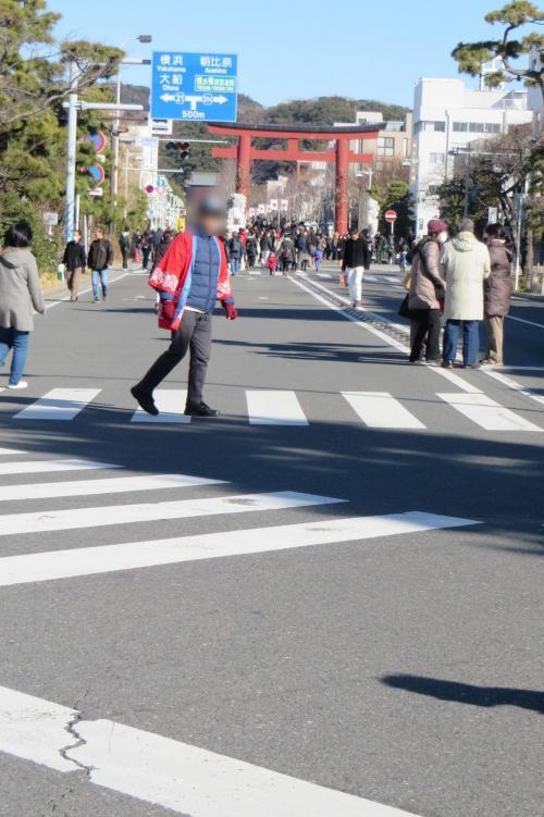 お正月中は歩行者天国の若宮大路、今回は横切って進みます