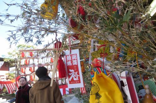 福笹も売られています、近所で商売を営むと思われる方が<br />買っていくようです