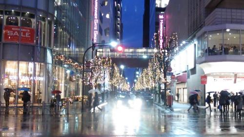 有楽町駅前から銀座方面に向かったところ、銀座の入口辺りではこのようなイルミネーション飾りを目にすることが出来ました。