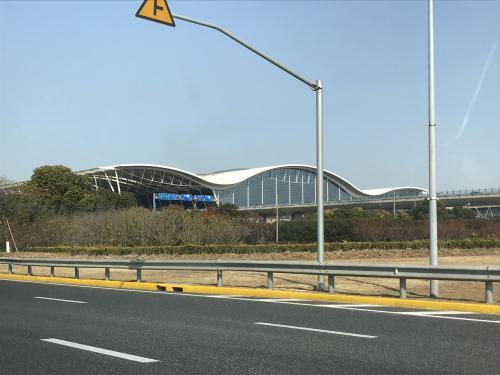 上海とは1時間の時差。上海浦東空港に到着。タクシーで移動。<br />中国語で書いたホテル名を用意。
