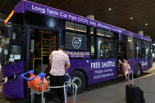 定刻ちょっと前にKLIAに到着。<br />そこからイミグレを通ってKLIA2に行きますよ。<br />ペナンまではAir Asiaです。<br />フリーシャトルバスがあるのでそれに乗って行きます。