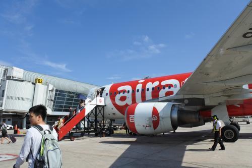 Air Asiaさんは定刻出発を頑張りました。1時間ほどで到着。寝てたら着いたって感じ。<br />ブリッジあるのにタラップでわざわざ。。。<br />にしてもこの空港新しくなったみたいできれい。以前来たときはぼろかった記憶。