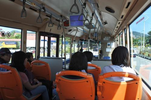 荷物もないのでさらっと出口。そこにあったバスに乗ってジョージタウンまで。2.7リンギット。時間かかるけど急がない旅なのでのーんびりと。