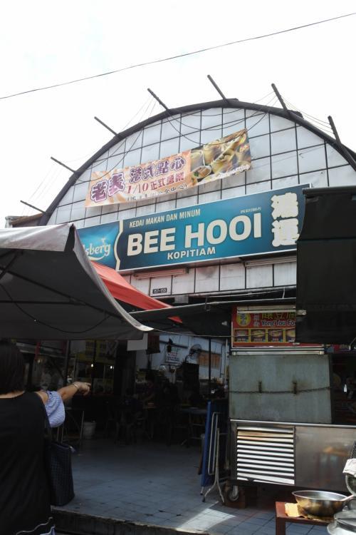「宿を出て右に行けば食事する所いっぱいあるよ」<br /><br />と宿のスタッフに言われたので行ってみたら飲食店が多くあり、さらにホーカーみたいなのもあったのでこちらでランチにします。<br /><br />ホーカーは通じるけどあまりマレーシアではcommon wordじゃないのでシンガポール特有なのかな。<br />マレーシアでは「フーコー」です。フーコー=フードコート、でもフーコーと聞こえます。シンガポールでもそうだけど。