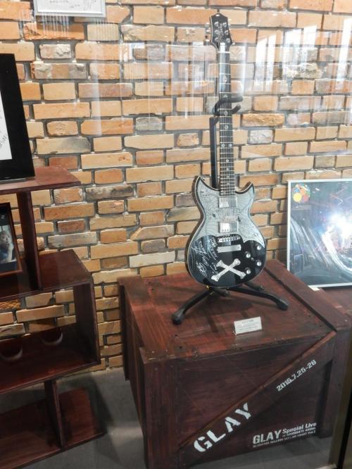アリーナ講演で使われたギターが展示されています。