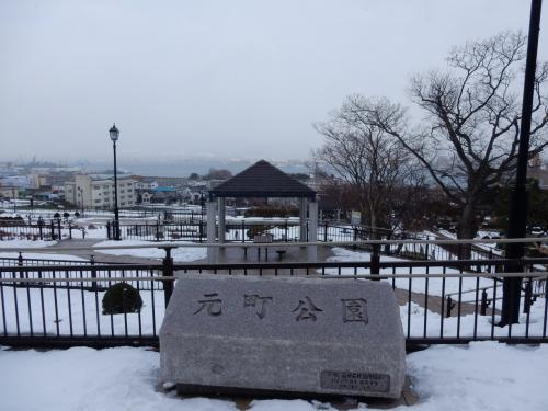 元町の高台に登ってみます。<br /><br />元町公園から街の白さを。
