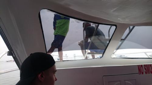 凪いだ海を高速艇で25分。<br />今回は順調に快適にレンボガン島へ到着しました。<br /><br />上陸すると「スペダモートル?(バイク?)」<br />「シュノーケリング?」「マングローブ?」と声がかかります。<br />興味があれば、交渉してくださいね。<br />多分、多分ですが両方とも1人150Kくらいの言い値から50Kまで下がります。<br />でも、あまりごねてもつまらないです。100Kあたりがちょうどいい着地点かと。