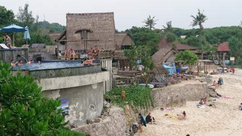 帰り道に人気のビーチクラブ ドリームビーチにやって来ました。<br />Dream Beach<br />https://goo.gl/maps/2s1zwGTHmvS2<br /><br />ここも眺めるだけのビーチです。<br />ちょっと賑やかですね。<br /><br />