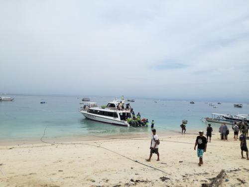 レンボガン島にはもう10回以上行ってます。<br />綺麗な海で遊ぶにはここに来るしかないですもん。<br />子供連れだった頃はクルーズ船で各種アクティビティ含まれるツアー。<br />いまでは高速艇のチケット買って島ではバイクを借りて自由にブンブンしています。まだ、レンボガンには泊まったことはないです。<br /><br />