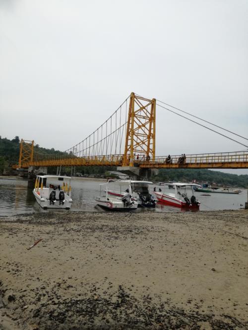 まずは、チュニンガン島への黄色い橋を渡ります。<br />港からまっすぐここに来ます。<br />「え?」というような簡単な地図をくれます。<br />頑張って!!(*^-^*)<br />そこに見える小舟でプニダ島へ渡ることができるそうです(未経験)。