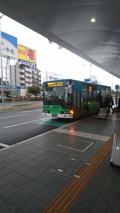 福岡空港国際線ターミナル行きのバス。はっきり言いますが、最近韓国系LCCの増便などで朝などで利用される方は余裕を持って乗られることをお勧めします。