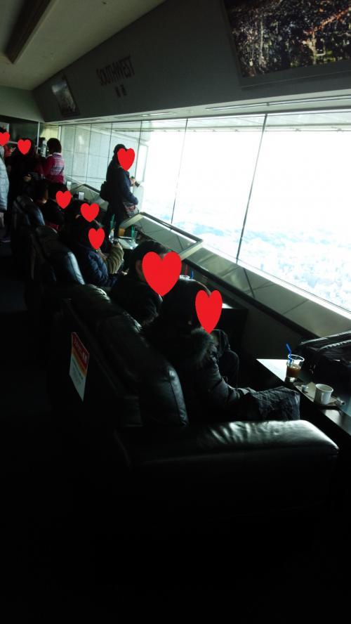 展望台にはカフェがあって、こんなソファ席もありました。