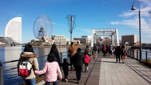 ランドマークタワーを降りて赤レンガの方へ歩いていきます。<br />神戸もそうですけど、港町ってなんかオシャレですね……。ちょっといい雰囲気の洋楽とか橋で流れちゃっててまぁすごい……w
