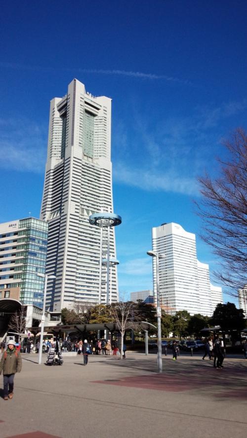 次の日はいっしょに泊まった友人1人とまずは横浜観光!<br />電車の乗換えで戸惑いつつ案内所で聞いて無事桜木町駅へ(笑)<br />降りたらドーンとランドマークタワー!<br />横浜何度か来てるんですけど、観光みたいなのするのは久しぶりかも。