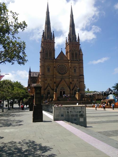 シドニー・セント・メアリー大聖堂。中も入って見学しましたが、くれぐれも信者の方のお祈りの邪魔をしないように、厳粛に見学させていただきました。
