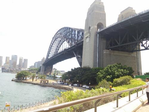 ミルソンズポイント(橋の北側のたもとです。)シドニーの遊園地、ルナパークがある場所でハーバーブリッジの知る人ぞ知る、お勧め絶景ポイントです。(現地係員の方が連れて行ってくれました!)