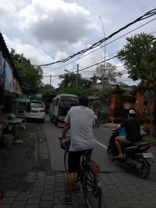 ここでジャランバトゥサリへ(左へ)曲がりまーす。<br />ここまでくれば、もうちょっとだよ。<br />自転車があれば、行動範囲が広がって行きます。<br />私の中ではもはやサヌールは縦長の街ではなくスクエアになっています。