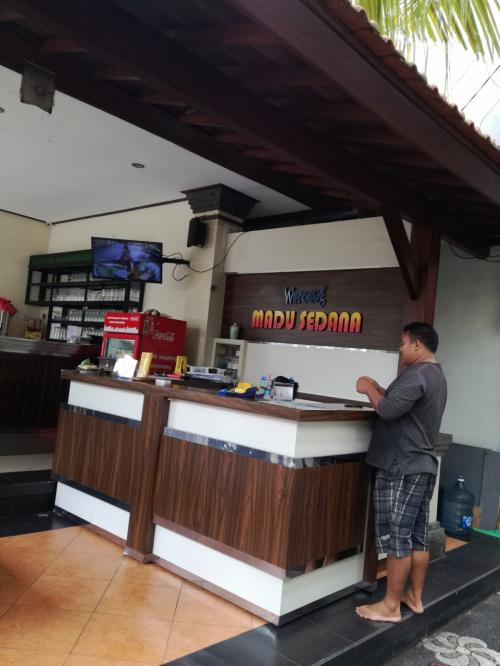 Warung Madu Sedana<br />https://goo.gl/maps/e2DQWDVigAp<br /><br />バンジャールが経営している綺麗なワルンです。
