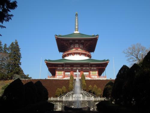 公園の奥には、この立派な平和大塔が聳えています。<br /><br />巨大な寺院はお金があるんだなー・・・・などと考えてしまいました。<br />