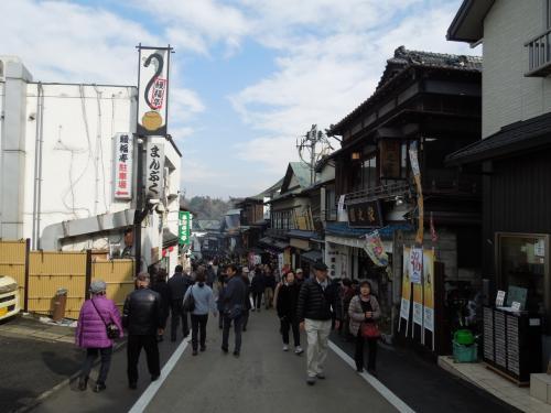昭和の雰囲気の商店が立ち並びます。<br /><br />帝釈天の参道もこんな感じでしたね。