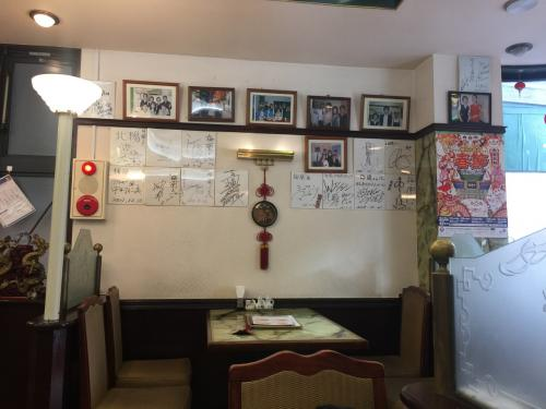 梅蘭酒家店内!<br />著名人の色紙が貼られてます。