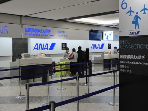 2018年1月1日<br />あけましておめでとうございます!<br />新千歳空港近くの民間駐車場に車を預けて、ANAの国際線乗り継ぎカウンターでチェックイン。<br />この日は天候があまりよくないようで、午前中の便から遅れ気味。<br />念のため早めに空港にやってきました。<br />羽田までの便を予定よりも1時間早い便に変更していただきました。<br />