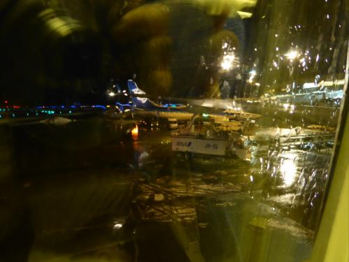 羽田行きに乗り込みました。<br />季節外れの雨の中、ちょっと遅れて出発です。