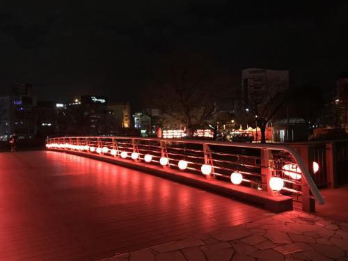 年越しを自宅で迎えて博多駅に向かいました。<br />中洲で年越し夜市なるものがやっていたので行ってみましたが閑散としてましたw