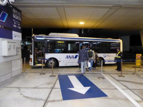 羽田に到着後、国際線ターミナルへはこのバスで向かいました。