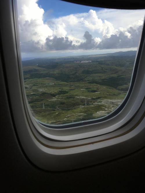 少しだけ機内エンターテインメントを楽しんでいたら、もう到着です。<br /><br />遠くに今回も宿泊するレオパレスが見えます。。。。