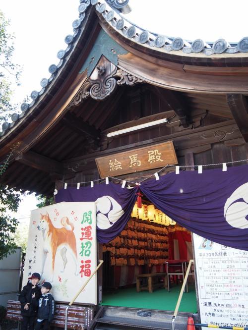 伊奴神社 絵馬殿<br /><br />立派な絵馬殿に、願い事が書かれた多くの絵馬が奉納されています。