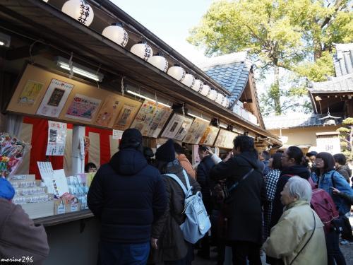 伊奴神社 お札所<br /><br />大勢の参拝者がお札やお守りを求めて並んでいました。