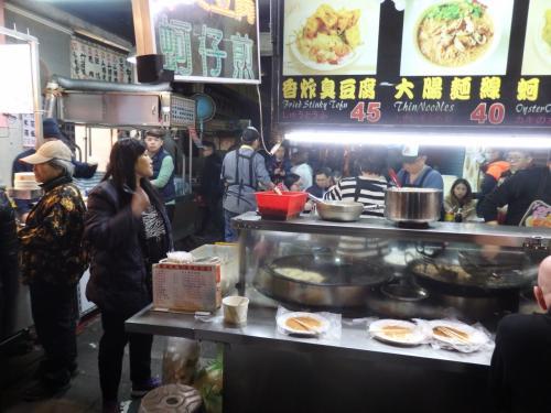 台湾の夜市の名物の牡蠣オムレツのお店や