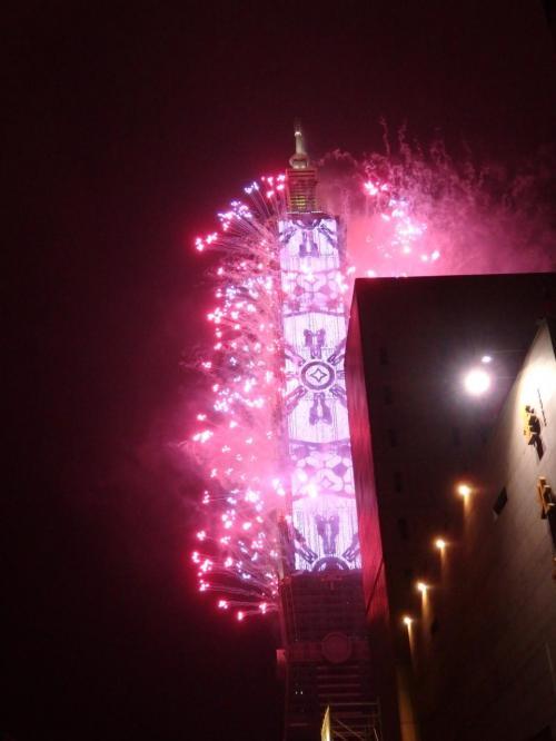 今年はLEDを駆使しての花火だそうで、<br />配色がとても綺麗です。