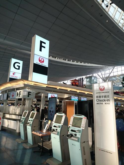 羽田空港国際線ターミナルのJALのカウンター前に到着。<br />事前にJALのサイトで座席指定だけはできたので、<br />ここでは、チェックインのみを自動チェックイン機で行いました。<br /><br />事前予約をしていたフォートラベルGLOBALWiFi。<br />到着ロビー(2F)受取カウンターで、ルーターを受け取りました。<br /><br />食いしん坊の我が家は、海外出発前には必ずお寿司を食べたいので、<br />羽田空港ターミナル間無料連絡バスで国内線ターミナルへ。<br /><br />食べ終わると、あっという間に時間になり、急ぎめで、<br />また、羽田空港ターミナル間無料連絡バスで国際線ターミナルへ。